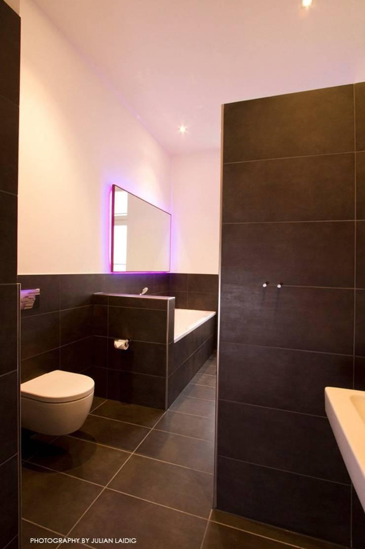 Badezimmer, bathroom:  Badezimmer von EINRAUMKONZEPT,Ausgefallen