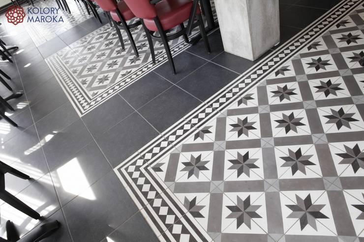 Aranżacje płytek cementowych w salach i na tarasach: styl , w kategorii Gastronomia zaprojektowany przez Kolory Maroka,