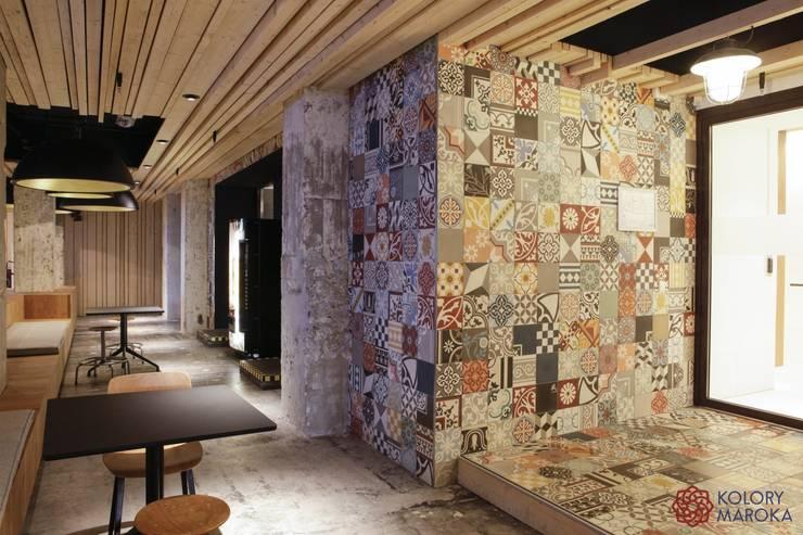 Aranżacje płytek cementowych w salach i na tarasach: styl , w kategorii Bary i kluby zaprojektowany przez Kolory Maroka,