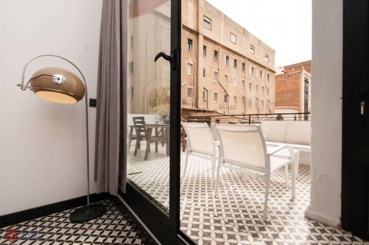 Aranżacje płytek cementowych w salach i na tarasach: styl , w kategorii Taras zaprojektowany przez Kolory Maroka,