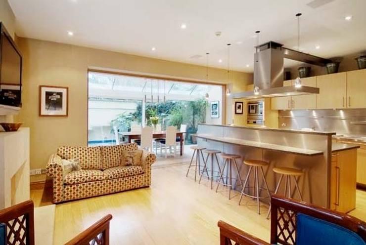 Family Home Notting Hill: klassische Küche von Tatjana von Braun Interiors