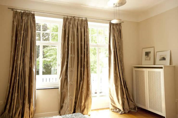 Camera da letto in stile  di Tatjana von Braun Interiors