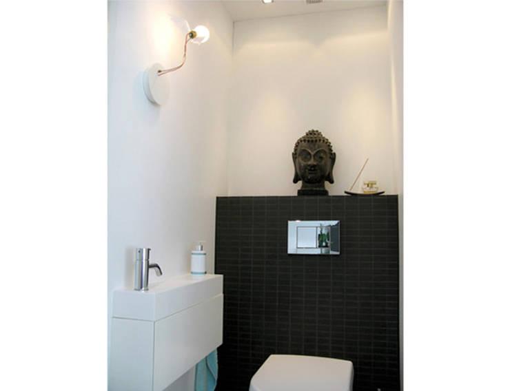 Marike Blok fontein met maatwerk kast:  Badkamer door Marike
