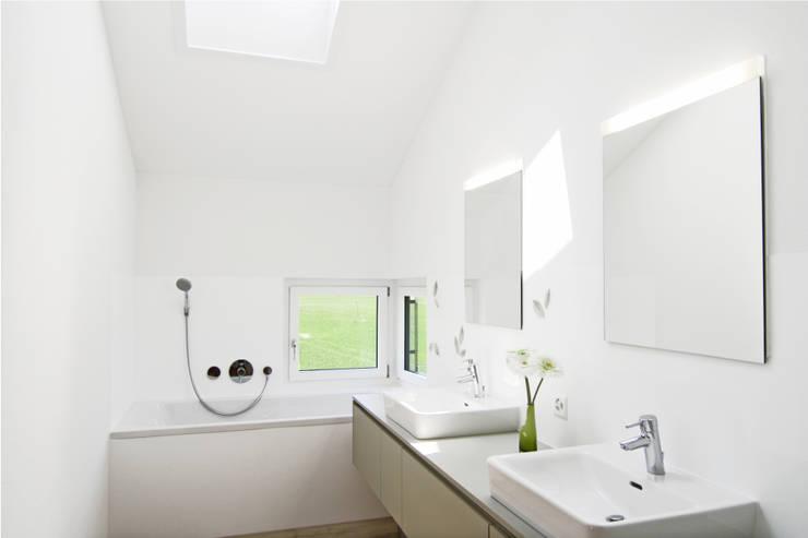 Einfamilienhaus Benken:  Badezimmer von Fäh Architektur