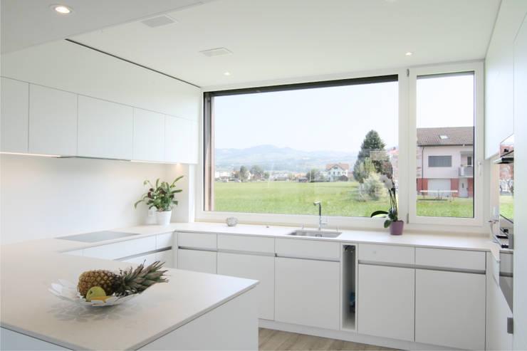 Cocinas de estilo moderno de Fäh Architektur