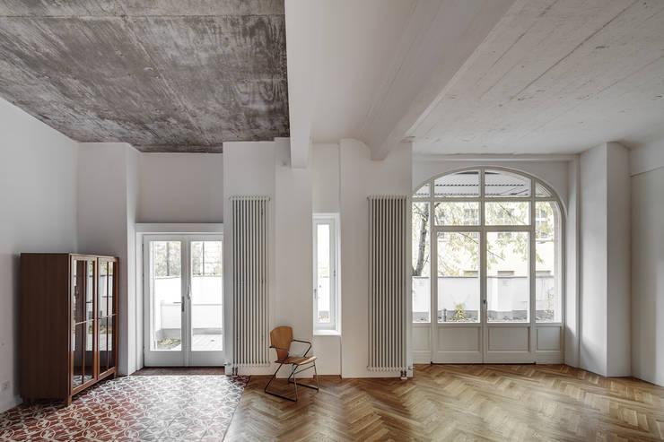 BOX 117  - Wohnküche:  Wohnzimmer von marc benjamin drewes ARCHITEKTUREN