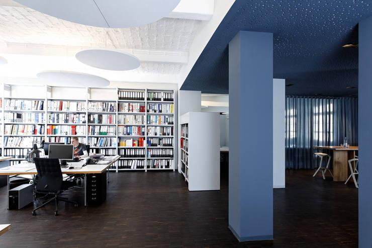 a-base I büro für architektur:  tarz Çalışma Odası