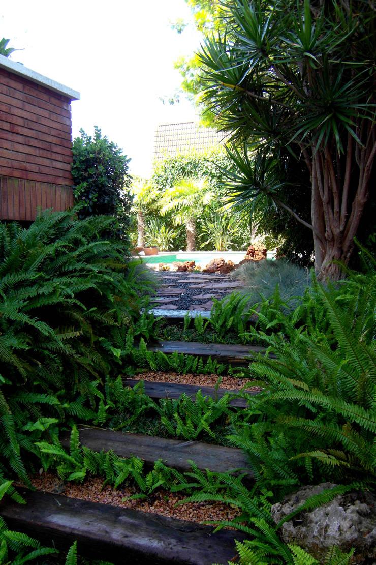 Castelldefels-Dàlia: Jardines de estilo  de Simbiosi Estudi