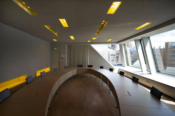 Konferenzraum:  Multimedia-Raum von a-base I büro für architektur,Klassisch