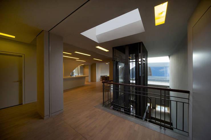 Eingangsbereich:  Flur & Diele von a-base I büro für architektur,Klassisch