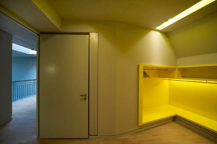 Garderobe:  Ankleidezimmer von a-base I büro für architektur,Klassisch