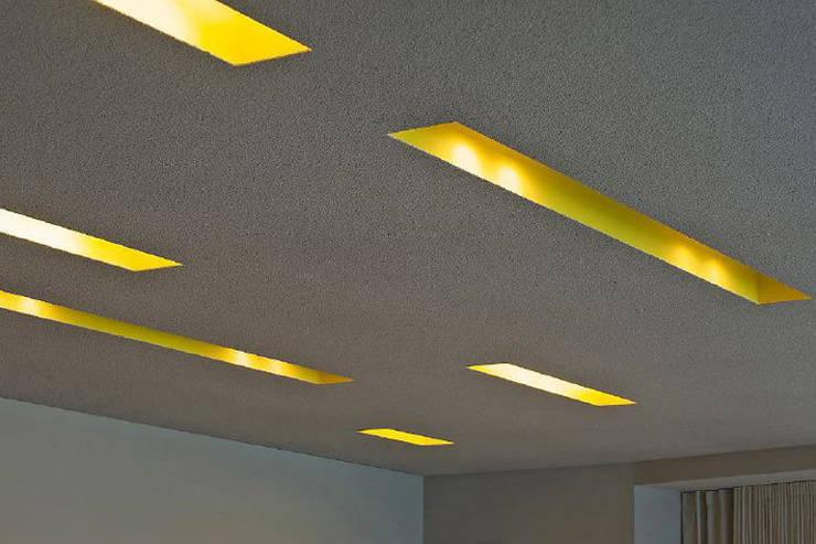 Deckenschlitze/ Beleuchtung in Akustikdecke:  Geschäftsräume & Stores von a-base I büro für architektur,Modern