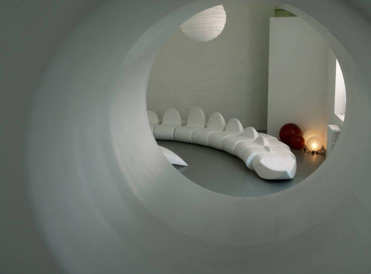 dino sofa: Soggiorno in stile  di Central Unit Design