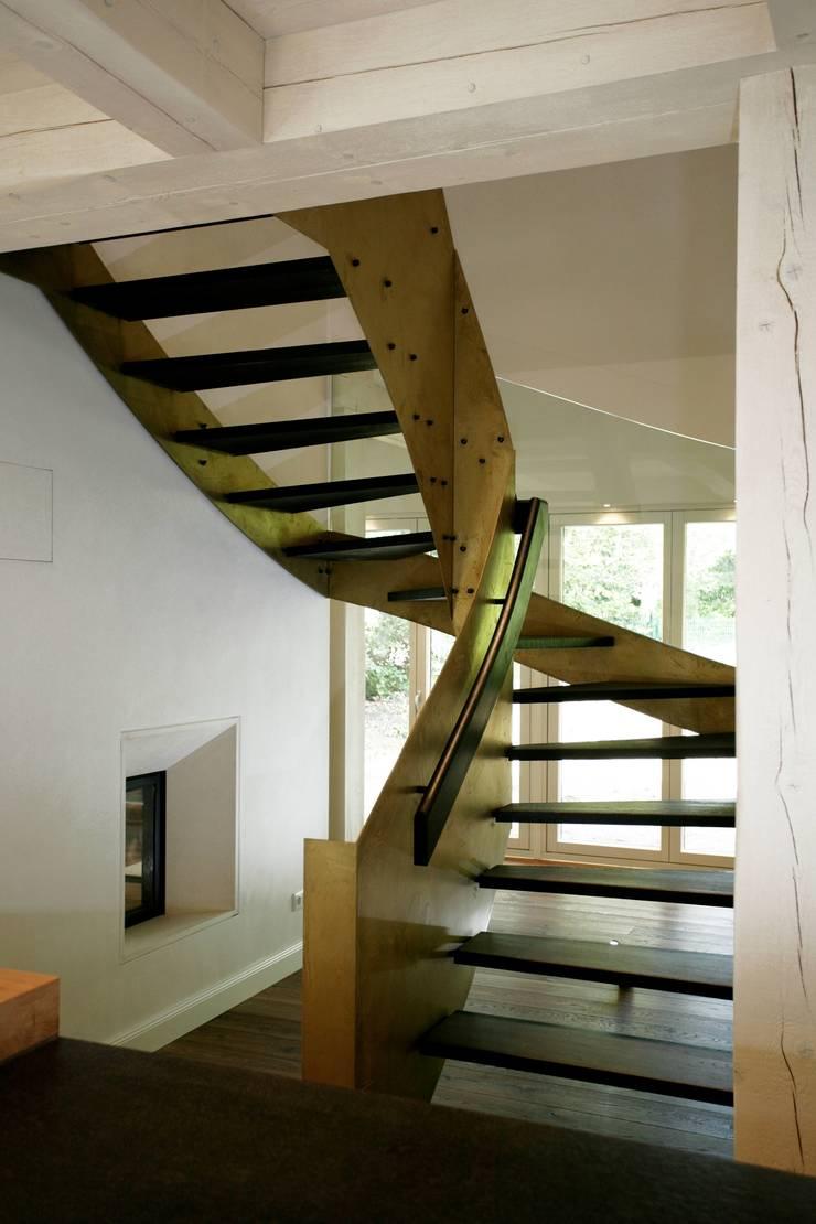 Corridor & hallway by Architektur- und Innenarchitekturbüro Bernd Lietzke