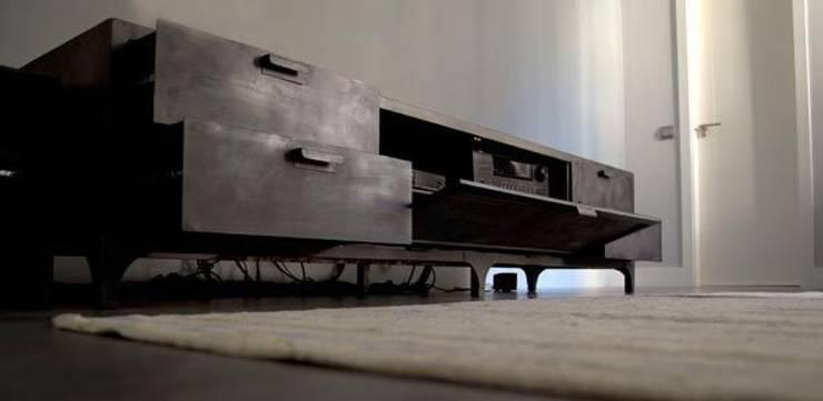 Igor Media & Storage Unit: Salones de estilo industrial de Noé Metal Design