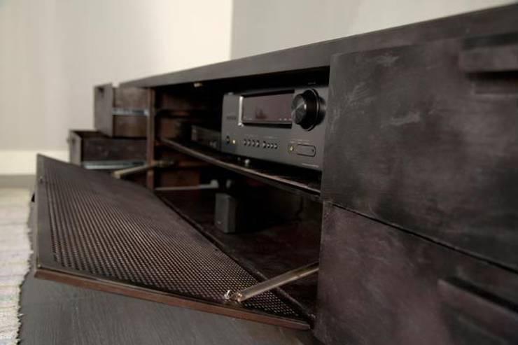 Aparadores y muebles de almacenamiento de salón: Salones de estilo industrial de Noé Metal Design
