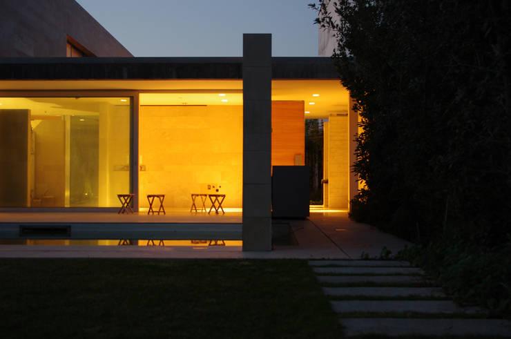 Casa Doppia: Terrazza in stile  di iodicearchitetti
