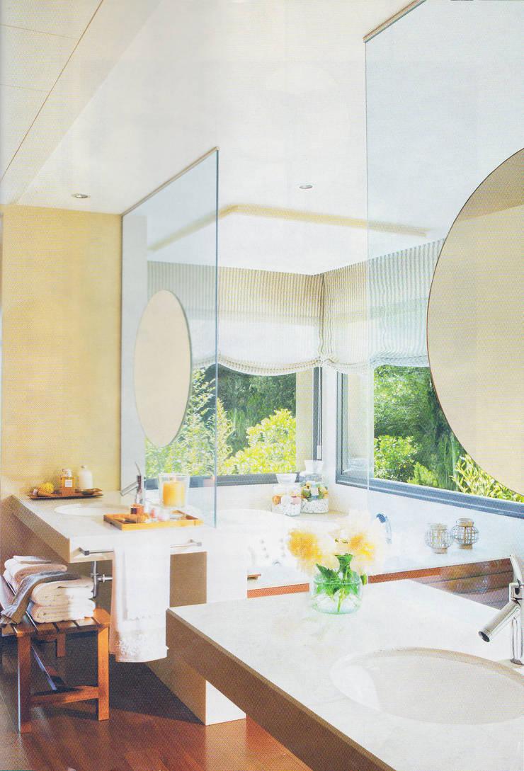 Mediterranean style bathrooms by dom arquitectura Mediterranean