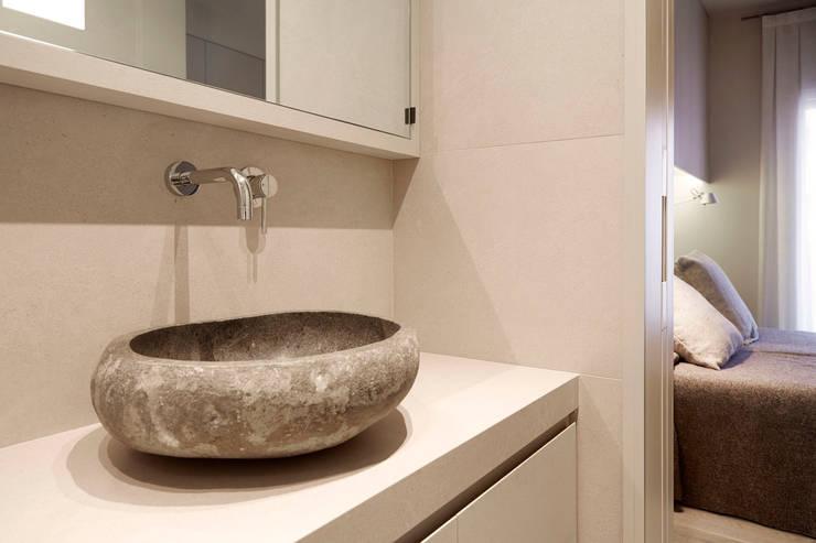Sencillez visual de alta complejidad: Baños de estilo moderno de Coblonal Arquitectura