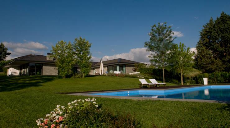 Villa Privata con piscina: Case in stile  di Arch. Donato Panarese