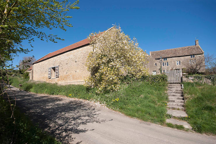 Court Farm Barn:  Houses by Designscape Architects Ltd