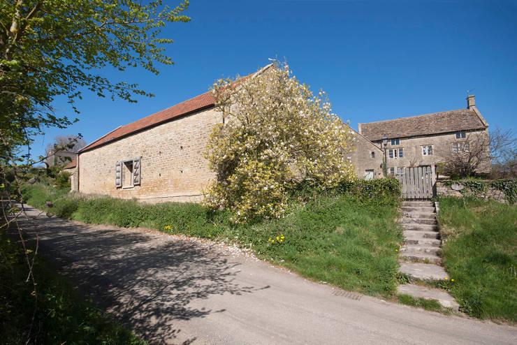 Court Farm Barn: rustic Houses by Designscape Architects Ltd