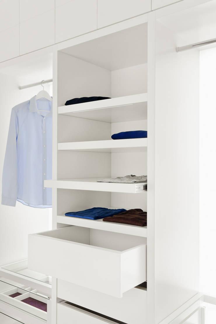 Die Möbel Manufaktur: modern tarz Giyinme Odası