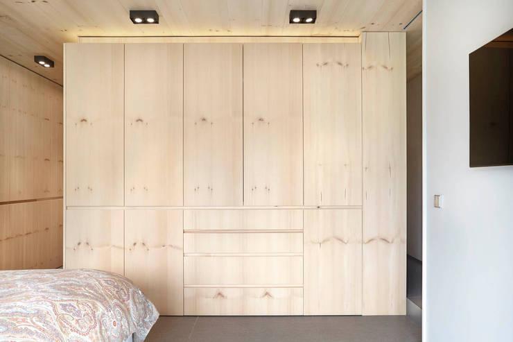 El continente y el contenido: Dormitorios de estilo  de Coblonal Arquitectura