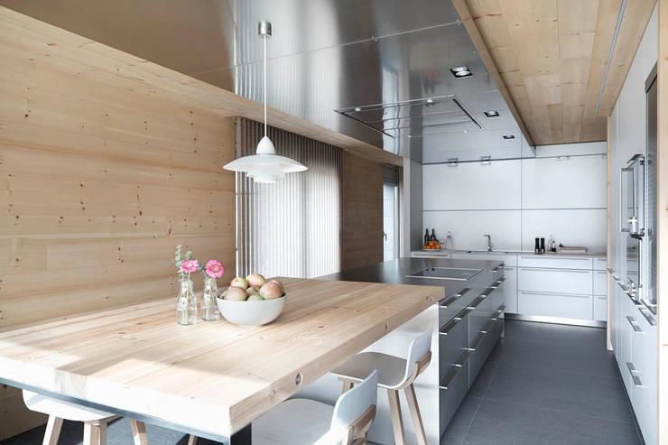 El continente y el contenido: Cocinas de estilo  de Coblonal Arquitectura