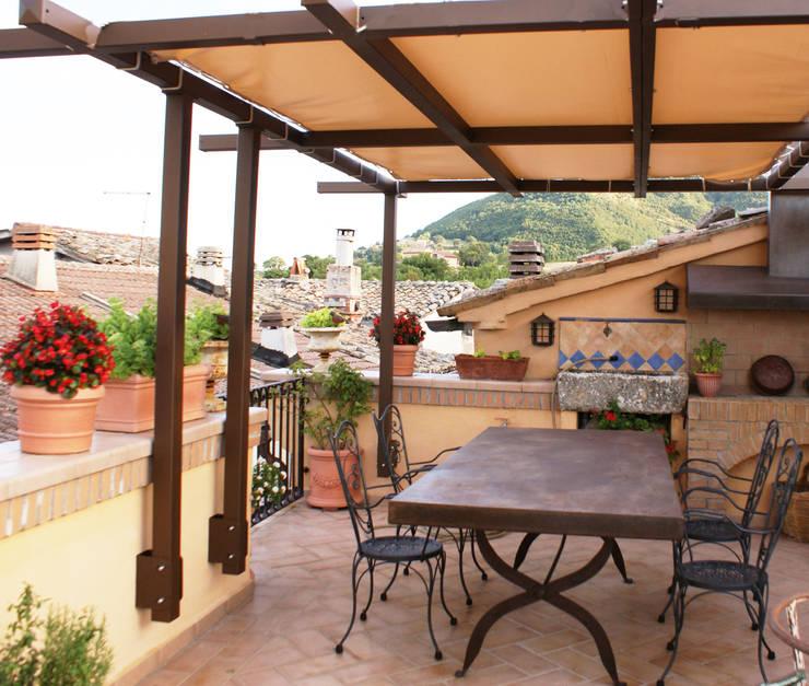 بلكونة أو شرفة تنفيذ Au dehors Studio. Architettura del Paesaggio