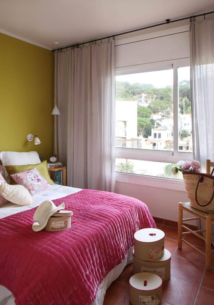 APARTAMENTO EN LA COSTA BRAVA: Dormitorios de estilo  de Marta Sellarès - Interiorista