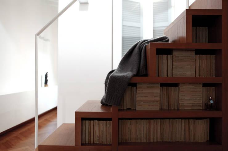 XX settembre: Ingresso, Corridoio & Scale in stile  di écru architetti