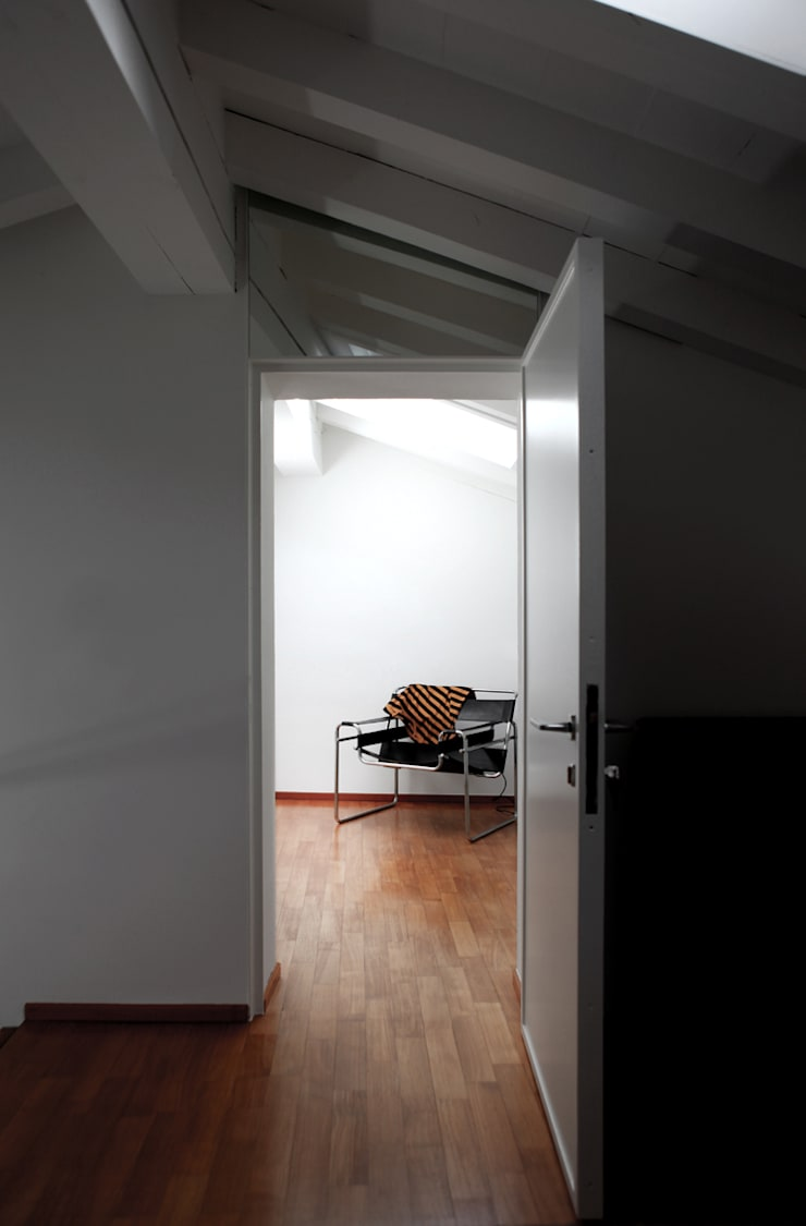 XX settembre: Ingresso & Corridoio in stile  di écru architetti