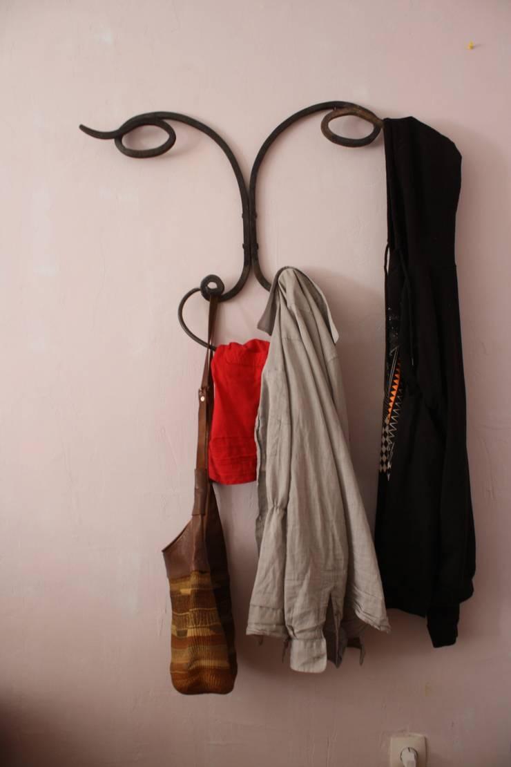 LaCabra Coat Hanger: Vestíbulos, pasillos y escaleras de estilo  de Noé Metal Design