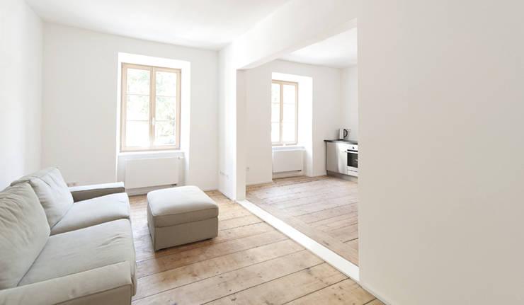 Umbau Mehrfamilienhaus München: Salones de estilo  de Brut Deluxe Architecture + Design