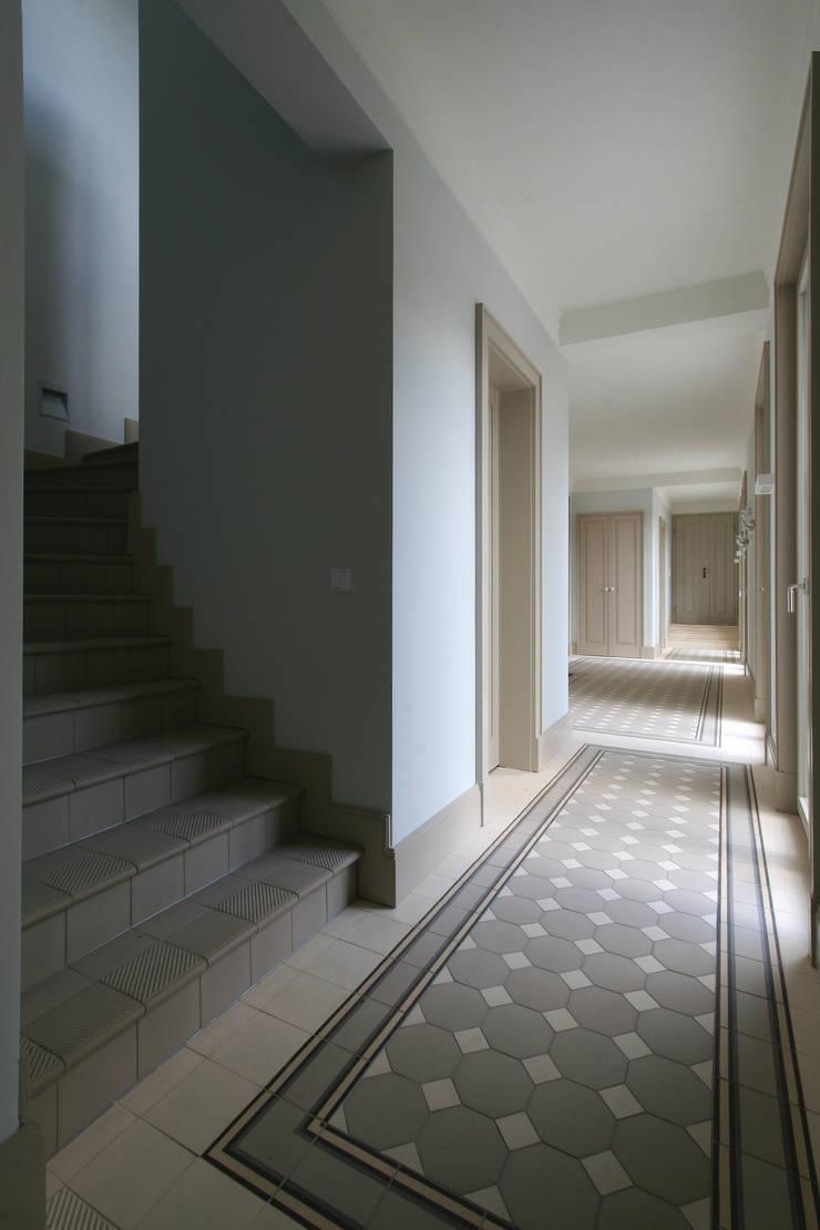 Pasillos y vestíbulos de estilo  por CG VOGEL ARCHITEKTEN