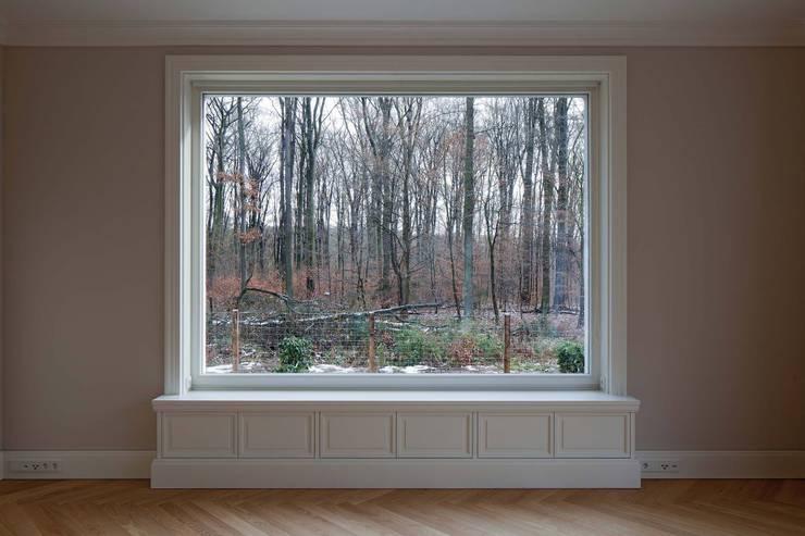 Mut zur Symmetrie - Klassisches Wohnhaus am Waldrand: klassische Wohnzimmer von CG VOGEL ARCHITEKTEN