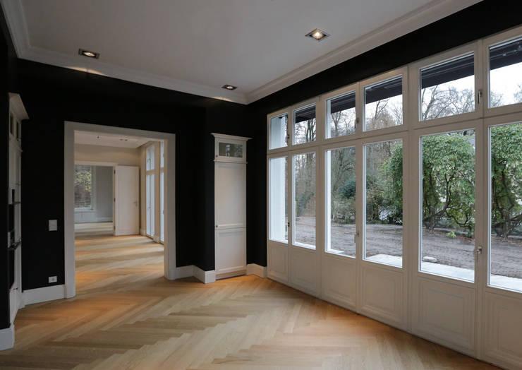 Mut zur Symmetrie - Klassisches Wohnhaus am Waldrand:  Küche von CG VOGEL ARCHITEKTEN,Klassisch