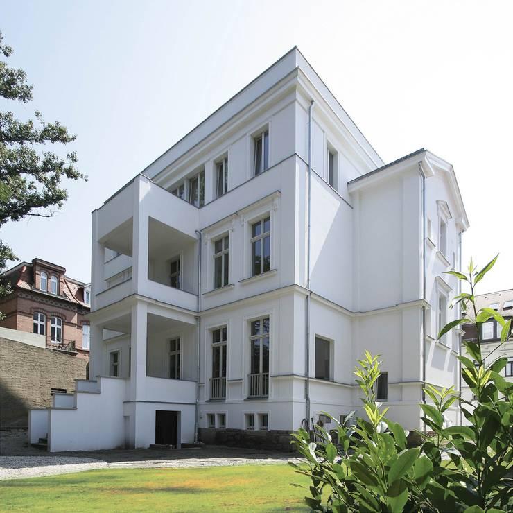 Klassisch und modern - Vom Stadtpalais zum Apartmenthaus:  Terrasse von CG VOGEL ARCHITEKTEN,Klassisch