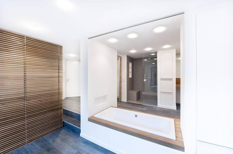Wohnung in Düsseldorf:  Badezimmer von HAACKE Innenarchitekten & Designer,Modern
