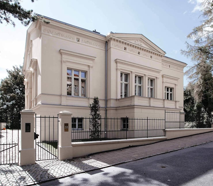 Die Straßenfassade mit klassischem Mittelrisalit und Giebeldreieck:  Häuser von CG VOGEL ARCHITEKTEN