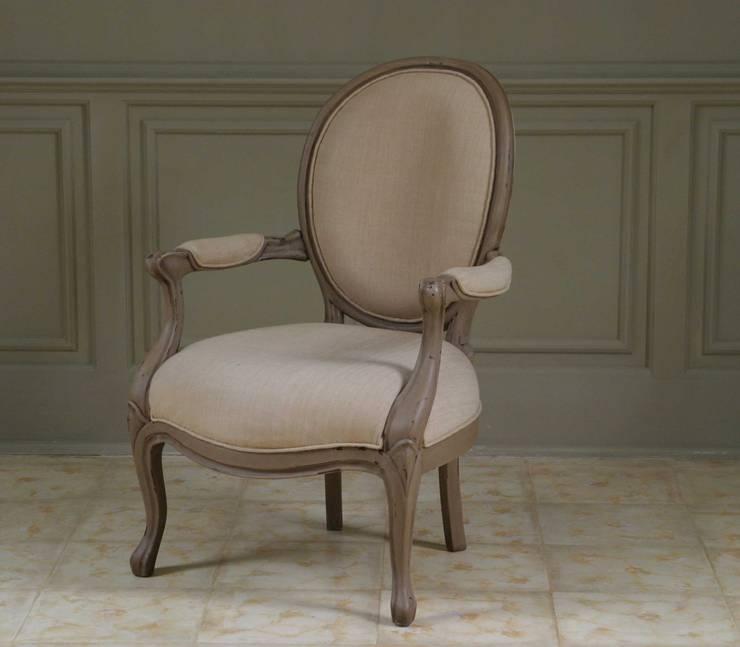 Colección II  Chair and sofa: Salones de estilo colonial de The best houses