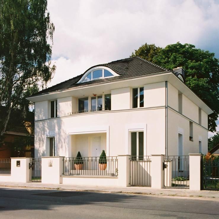 Klassische Villa mit zentraler Halle:  Häuser von CG VOGEL ARCHITEKTEN