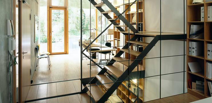 Blick auf die Terrasse:  Bürogebäude von A-Z Architekten,Industrial