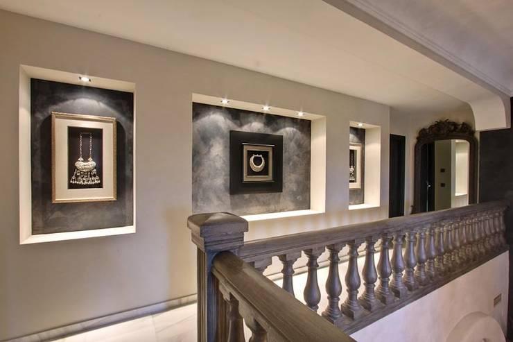 Balcón Pasillos, vestíbulos y escaleras de estilo ecléctico de Ambience Home Design S.L. Ecléctico