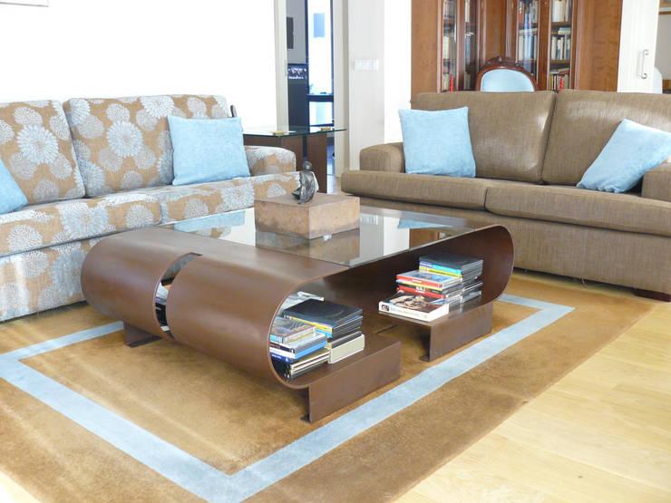 Elva - Mesa de centro: Salones de estilo  de GONZALO DE SALAS