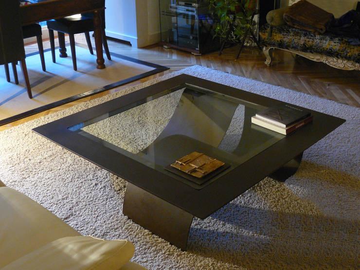 TSUNAMI - Mesa de centro moderna de vidrio: Salones de estilo moderno de GONZALO DE SALAS
