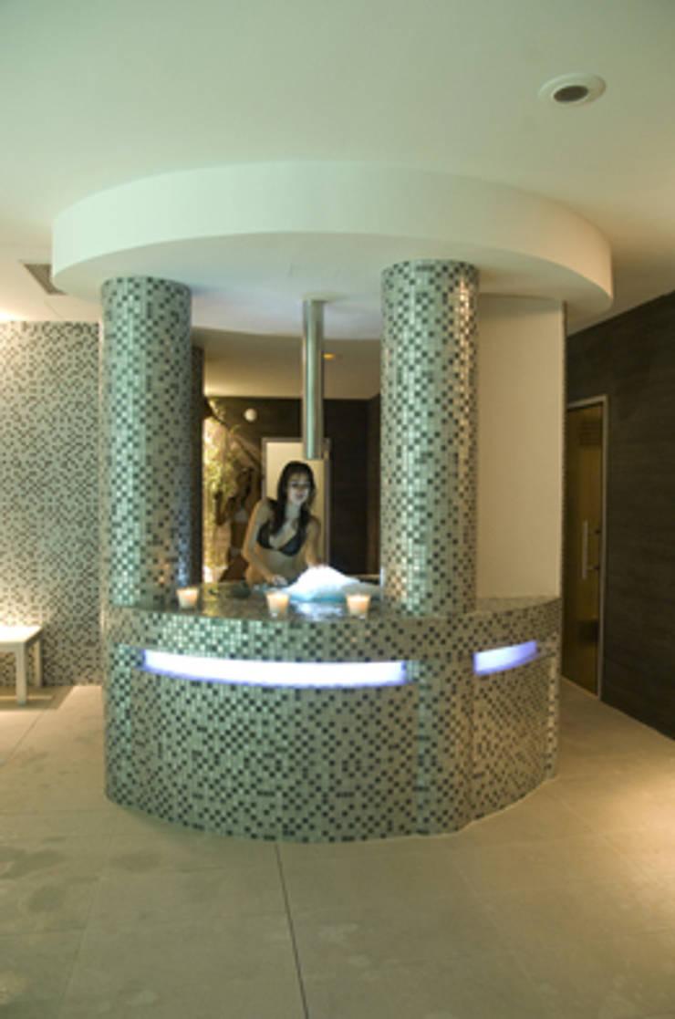 Spa en Sha Wellness Clinic: Spa de estilo  de Gunitec Concept Pools