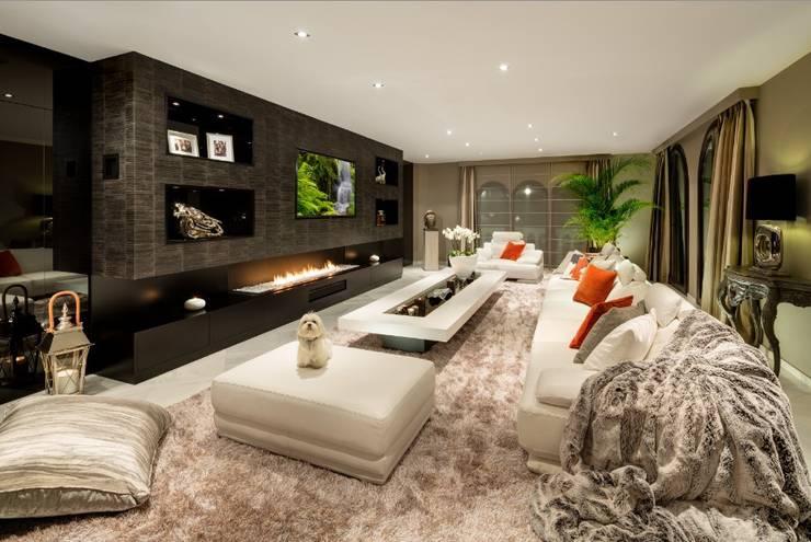 El Madroñal : Salones de estilo  de Ambience Home Design S.L.