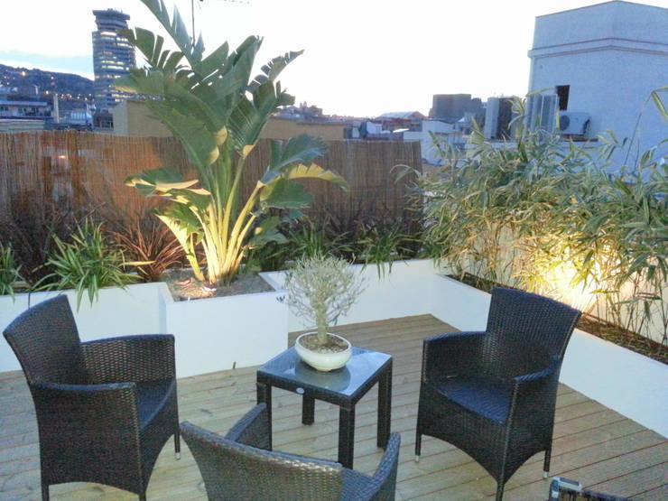 Apartamentos Barcelona: Balcones y terrazas de estilo  de Naturalgreen Jardiners